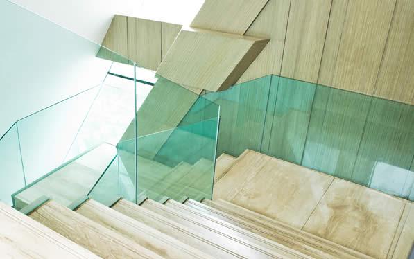 Garde-corps en verre sur un escalier